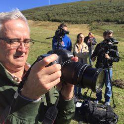 El equipo de rodaje, entrevistando a ganaderos en el puerto de Leitariegos, en la frontera entre León y Asturias