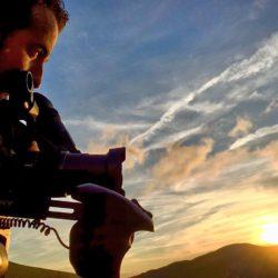El realizador del documental, Israel Coronado Romero, realizando un time-lapse al ponerse en sol en el Pozo de las Mujeres Muertas (Asturias)